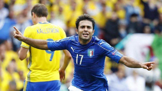Italský útočník Éder slaví jediný gól zápasu na ME proti Švédsku.