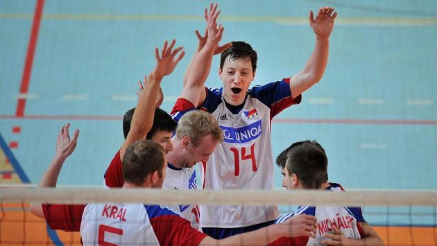 Čeští volejbalisté se radují na archivním snímku