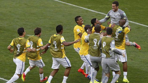 Brazilští fotbalisté oslavují brankáře Julia Cesara po postupu do čtvrtfinále MS.