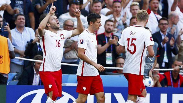 Polsští fotbalisté Jakub Blaszczykowski (vlevo), Robert Lewandowski a Kamil Glik po vedoucím gólu proti Ukrajině.