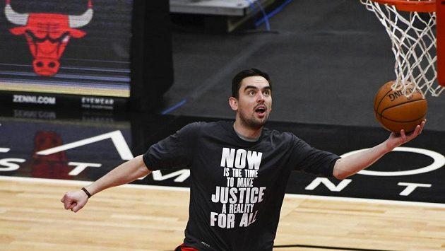 Český basketbalista Chicaga Tomáš Satoranský při rozcvičení před utkáním NBA proti Houstonu.