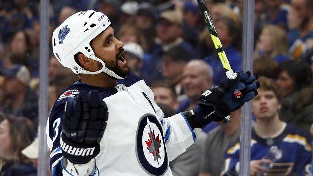 Obránce Winnipegu Jets Dustin Byfuglien oslavuje gól ve třetí třetině utkání se St. Louis Blues.