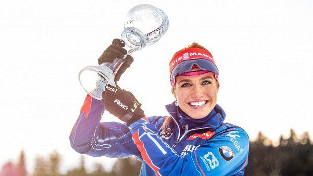 Gabriela Soukalová pózuje s malým křišťálovým glóbem pro nejlepší závodnici ve stíhacích závodech letošního SP.