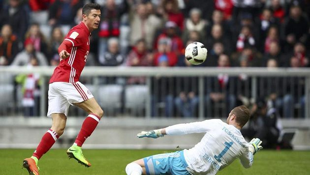 Robert Lewandowski z Bayernu Mnichov přelobovává brankáře Schalke Ralfa Fahrmanna.
