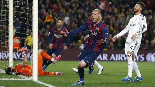 Barcelonský Jeremy Mathieu (uprostřed) otevřel skóre El Clásika.