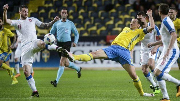 Daniel Pudil (vlevo) a Zlatan Ibrahimovic bojují o balón.