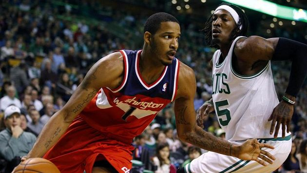 Basketbalista Washingtonu Wizards Trevor Ariza proniká s míčem přes Geralda Wallace z Bostonu Celtics.