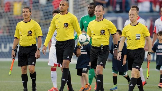Fotbaloví sudí (ilustrační foto).