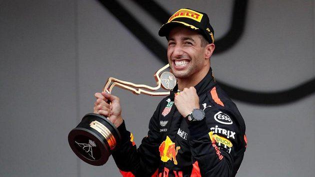 Australan Daniel Ricciardo s trofejí pro vítěze v Monaku.