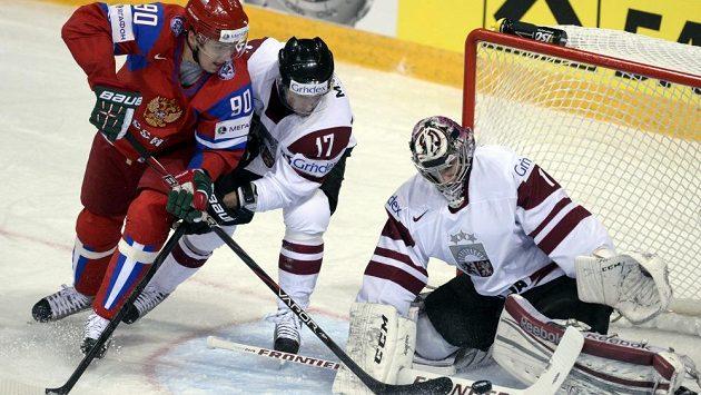 Ruský útočník Kiril Petrov (vlevo) zkouší přes snahu obránce Marise Jasse ohrozit lotyšského gólmana Marise Jučerse.