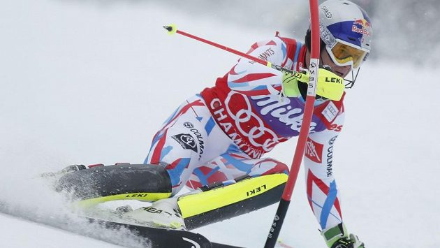 Francouz Alexis Pinturault na trati kombinačního slalomu v Chamonix.