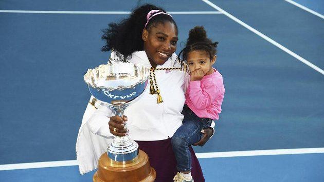 Serena Williamsová po singlovém vítězství zapózovala s trofejí i s dcerou.