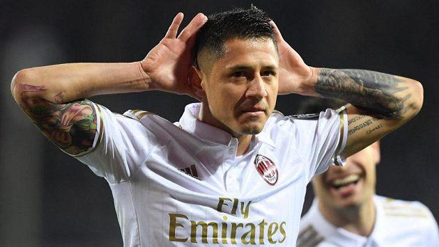 Gianluca Lapadula z AC Milán se raduje z jednoho ze svých dvou gólů proti Empoli.