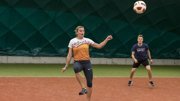 Barbora Špotáková (na snímku s bývalým krasobruslařem Tomášem Vernerem) v Karlových Varech prokázala, že má talent i na míčové sporty.