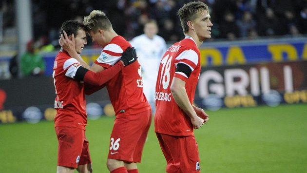 Vladimír Darida (vlevo) slaví společně se svým spoluhráčem Felixem Klausem proměněnou penaltu v utkání proti Frankfurtu. Vpravo je Nils Petersen.