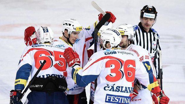 Hokejisté Pardubic oslavují vedoucí gól na Spartě.