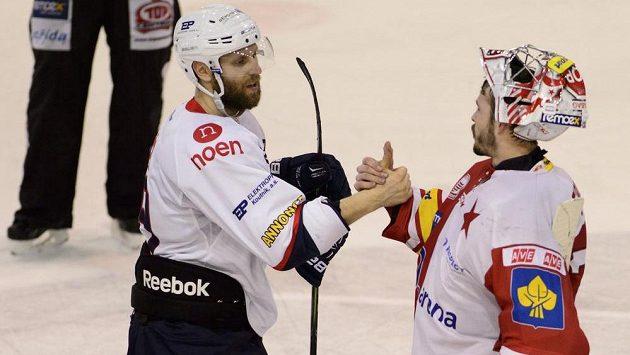 Útočník Chomutova Vladimír Růžička (vlevo) se zdraví s brankářem Slavie Dominikem Furchem.