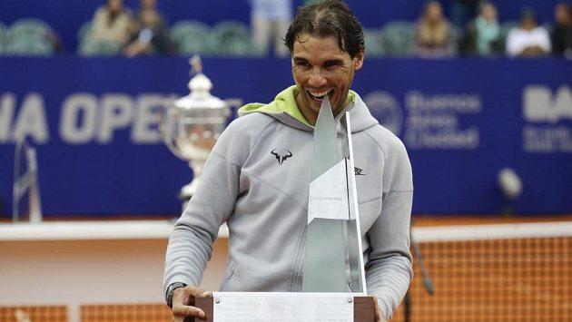 Rafael Nadal s trofejí za triumf na turnaji v Buenos Aires.