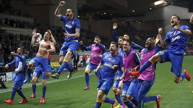 Fotbalisté Juventusu v Monaku oslavili postup do semifinále Ligy mistrů.