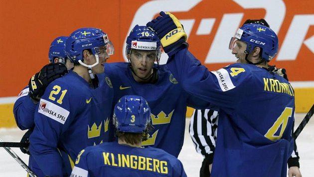 Švédští hokejisté se radují z branky proti Lotyšsku.