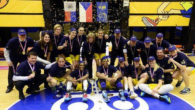 Hráčky USK s pohárem pro vítězky basketbalové ligy žen.