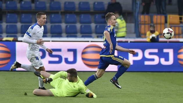 Jihlavský Jan Záviška obchází brankáře Ondřeje Koláře a dává druhý gól do sítě Liberce.