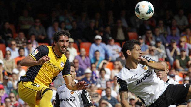 Raúl Garcia (vlevo), autor jediného gólu Atlétika v zápase s Valencií. Vpravo Ricardo Costa.