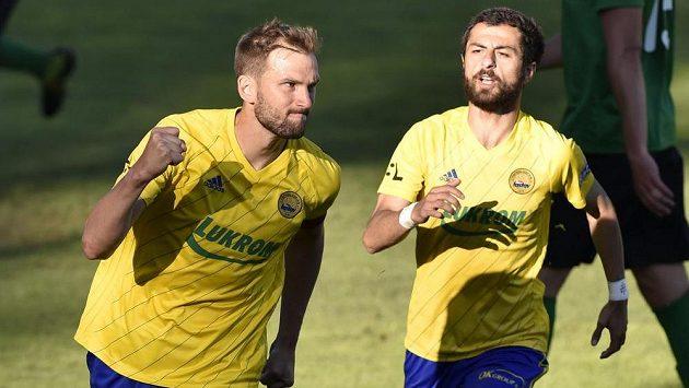 Zleva Tomáš Poznar ze Zlína a Vachtang Čanturišvili ze Zlína se radují z gólu.