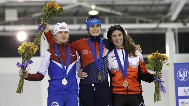 Martina Sáblíková opět na nejvyšším stupínku. Vlevo druhá Natalija Voroninová z Ruska a třetí Kanaďanka Ivanie Blondinová.