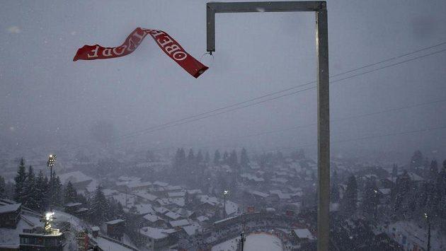 V Oberstdorfu se kvůli silnému větru v neděli neskákalo.