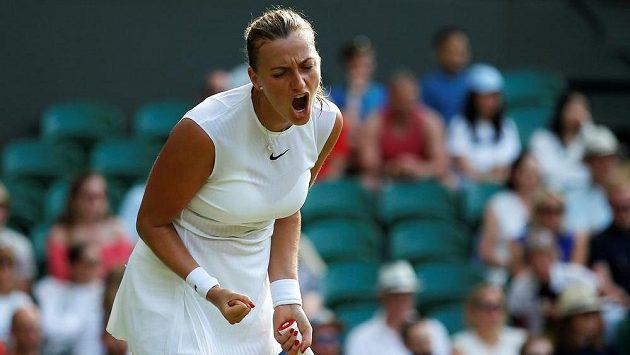 Radostné gesto Petry Kvitové v úvodním kole Wimbledonu.