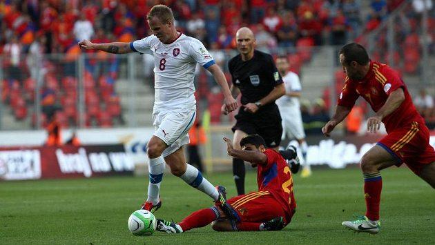 Obránce David Limberský obchází Arase Özbilize z Arménie. V utkání byl ale nucen předčasně střídat.