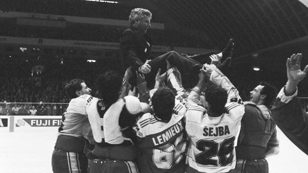 Strůjce zlatého úspěchu v roce 1985, trenér Luděk Bukač nad hlavami hráčů. V dresu Maria Lemieuxe není slavný Kanaďan, nýbrž Jiří Lála.