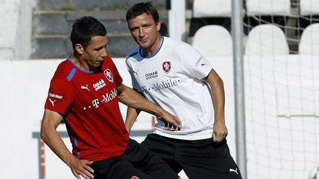 Marek Suchý (vpředu) v souboji s manažerem Vladimírem Šmicrem na tréninku české reprezentace.