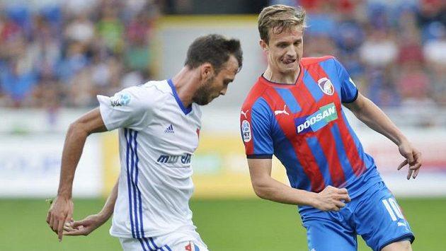 Lukáš Pazdera z Baníku Ostrava se snaží v utkání 5. kola HET ligy zabránit v rozehrávce plzeňskému Janu Kopicovi.