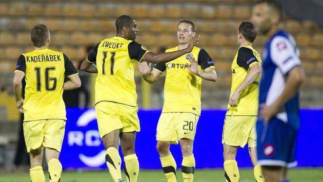 Sparťan Léonard Kweuke se raduje se spoluhráči z gólu proti Šmoně.