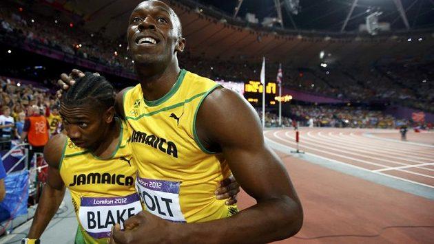 Usain Bolt (vpravo) slavil společně se stříbrným Yohanem Blakem se třemi švédskými házenkářkami.