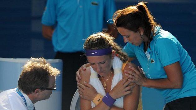 Běloruska Viktoria Azarenková v péči lékaře a fyzioterapeutky v závěru zápasu se Stephensovou.