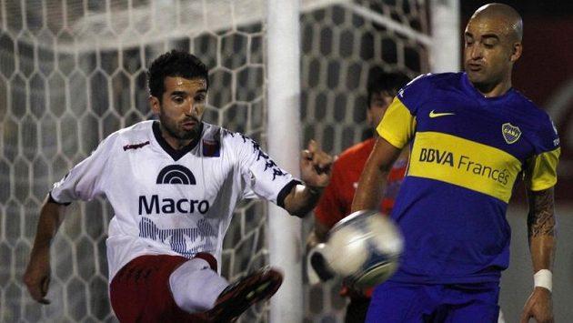 Útočník Boky Juniors Santiago Silva (vpravo).