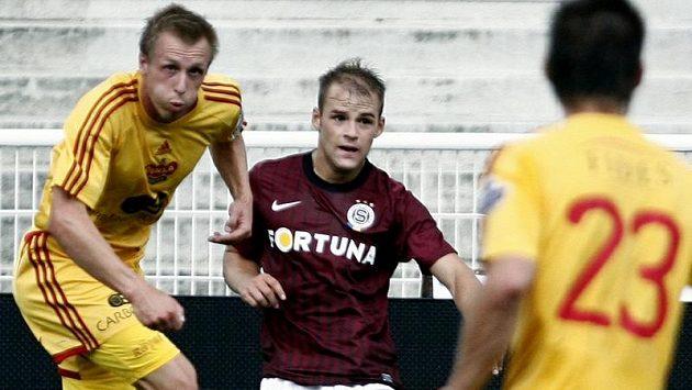 Obránce Pablo Gil (uprostřed) už rudý dres Sparty neoblékne.