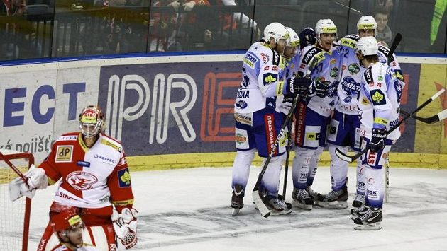 Hokejisté Brna oslavují vstřelený gól.