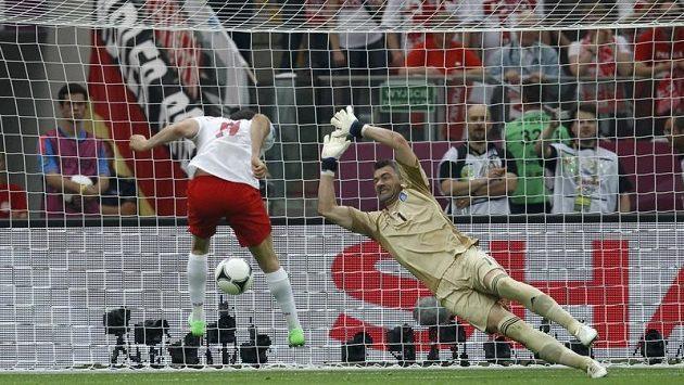 Gól a Poláci vedou 1:0. Úvodní branku turnaje vstřelil domácí Robert Lewandowski, který takto hlavičkou překonal řeckého brankáře Kostase Chalkiase.