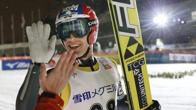 Skokan na lyžích Jan Matura oslavuje svůj triumf v japonském Sapporu.