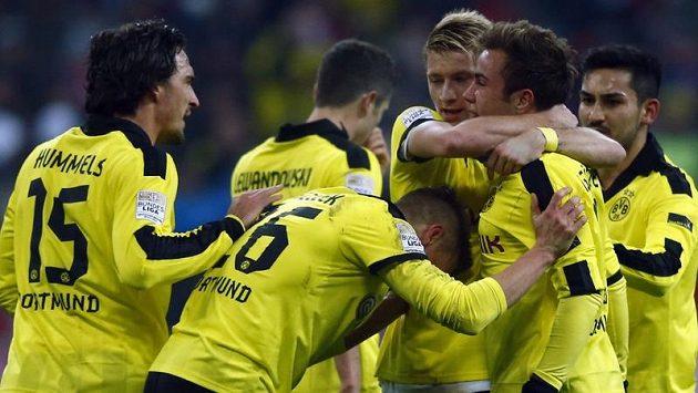 Mario Götze slaví se spoluhráči z Dortmundu gól proti Bayernu Mnichov.
