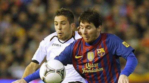 Lionel Messi z Barcelony (vpravo) a Jordi Alba z Valencie.