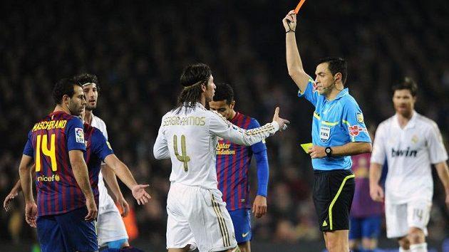 Obránce Realu Madrid Sergio Ramos dostává červenou kartu v závěru souboje s Barcelonou.