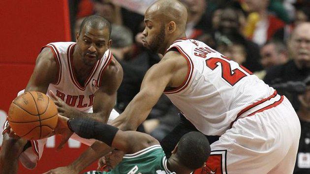 Lítý boj mezi basketbalisty Chicaga Johnem Lucasem (vlevo) a Tajem Gibsonem s Rajonem Rondem z Bostonu.