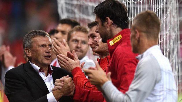 Trenér Slavie Miroslav Beránek gratuluje brankáři Hrubešovi k vynikajícímu výkonu v utkání proti Plzni.