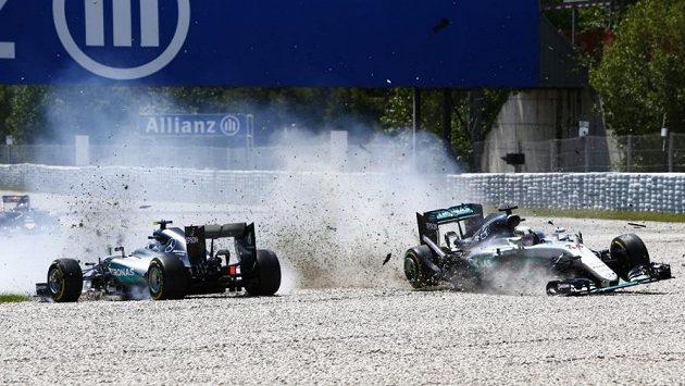 Nehoda dvou mercedesů Nica Rosberga a Lewise Hamiltona v Barceloně.