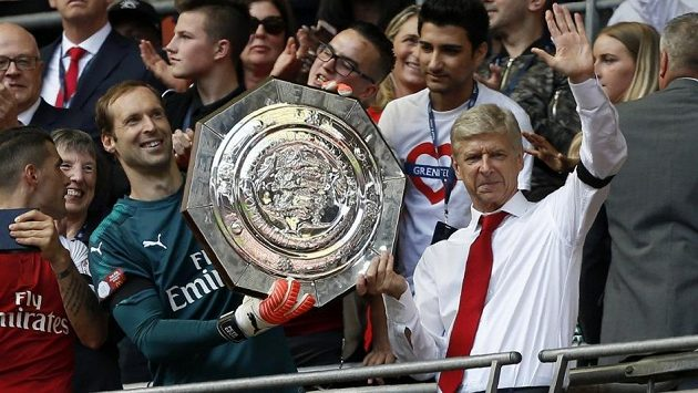 Petr Čech a trenérská ikona Arsenalu Arséne Wenger oslavují v roce 2017 triumf Kanonýrů v anglickém superpoháru.
